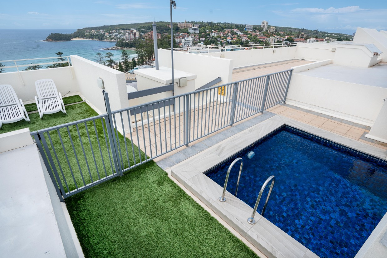 Plunge pool on ommon roof top terrace